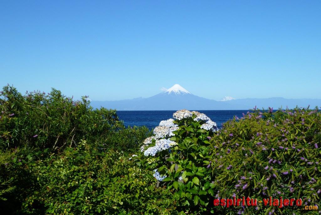 El volcán Osorno desde el pueblo.